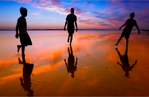 Family playing with low tide — Photo by Garry Schlatter