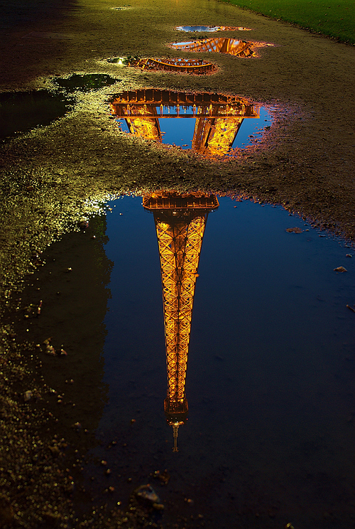 Tour Eiffel reflection at night — Photo by Luc Viatour