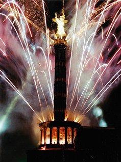 Fuochi d'artificio la notte di Capodanno a Berlino